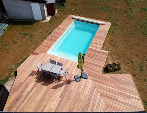 Terrasse en bois Cumaru autour d'une piscine à Cutry